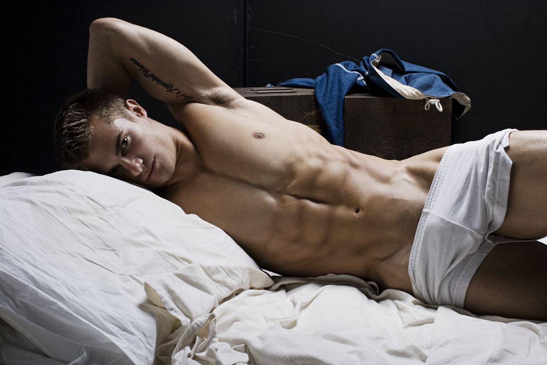 голые мачо в постели свой